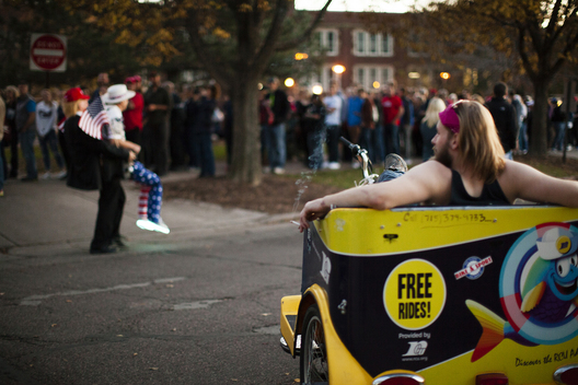 Eau Claire, Wisconsin, USA. 1st November, 2016. A rickshaw driver takes a break while supporters wait in line to see Republican Presidential candidate Donald Trump speak at the University of Wisconsin-Eau Claire in his bid for the Presidency during the 2016 election.