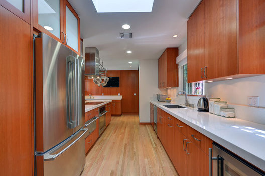 Handcrafted Construction, Inc. specializes in custom new construction, kitchens, baths and remodels in tahe west Los Angeles area.
