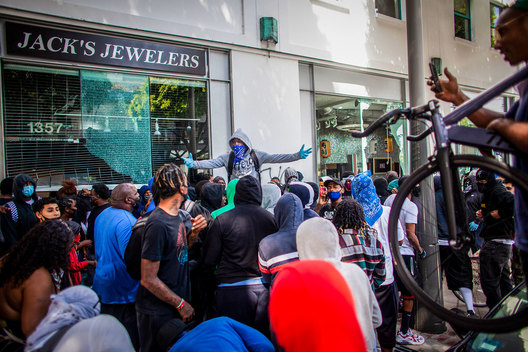 Looters steal a safe from Jacks Jewelers on 4th Street, Santa Monica, California. The death of George Floyd, an African-American man in police custody, has ignited protests across the country.