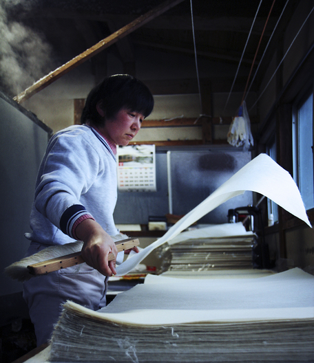 In a small workshop, hidden in the streets of Tottori, a husband-and-wife-team prepares the papersheets in this most traditional way. Dried on the oven, the delicate sheets are finished and ready to be picked up.