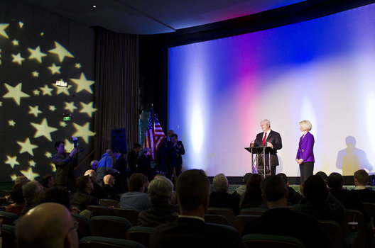 Newt Gingrich addresses a veterans group.