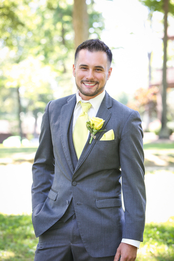 Groom with gray suit and yellow tie