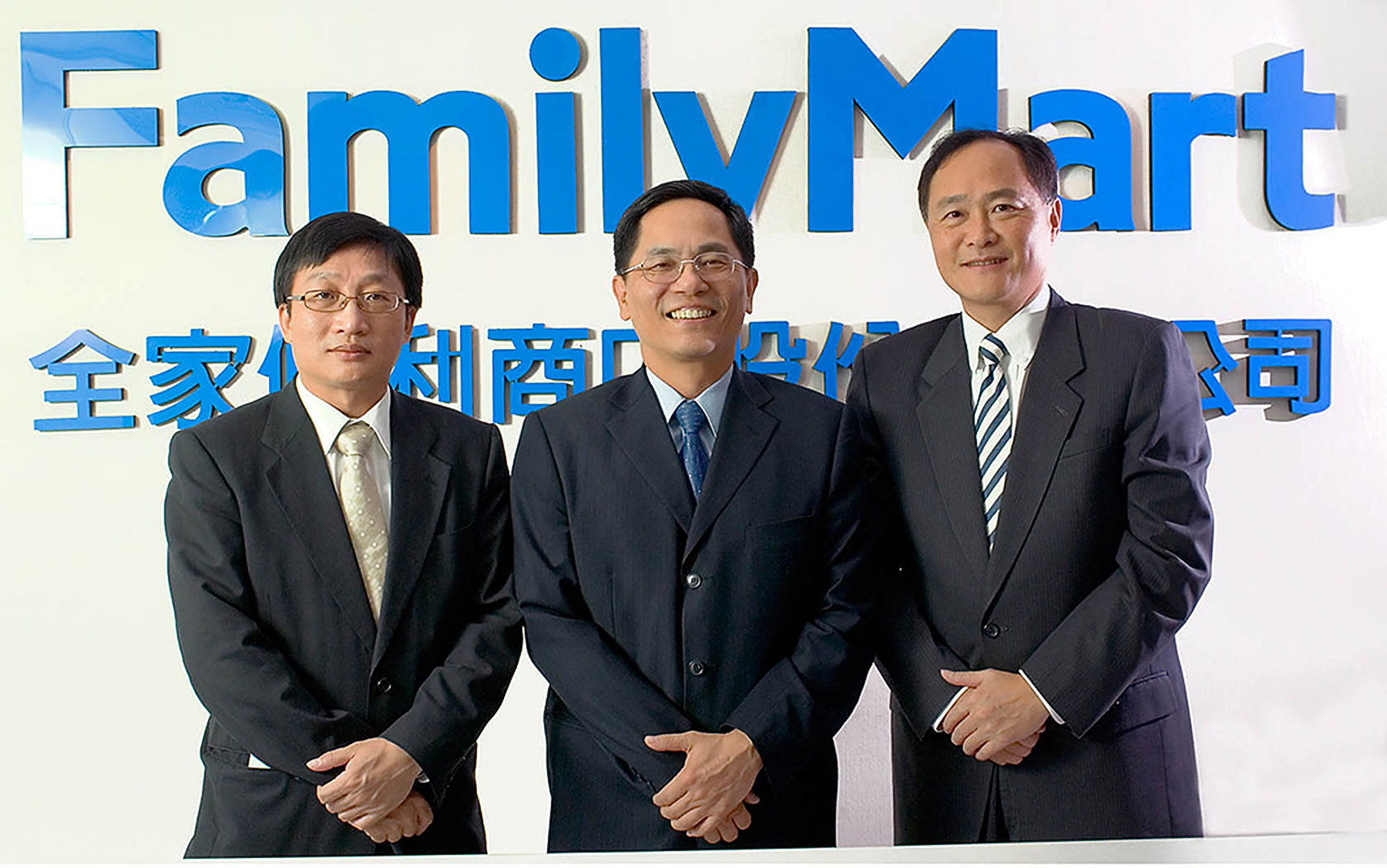 R.D. Chang (center), Taiwan's FamilyMart President and Chief Operating Officer and FamilyMart executives.  FamilyMart has over 2,850 stores throughout Taiwan and accepts the highest bill payments of any convenience store chain in Taiwan, over 100 million bills per year!  FamilyMart is the 2nd most popular convenience store in Taiwan.